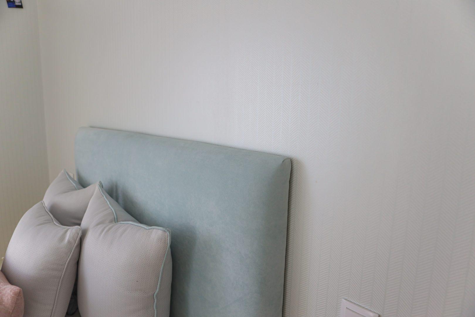 Cabeceira de cama e almofadas com texturas e cores aqua e rosa - Quartos de Adolescentes